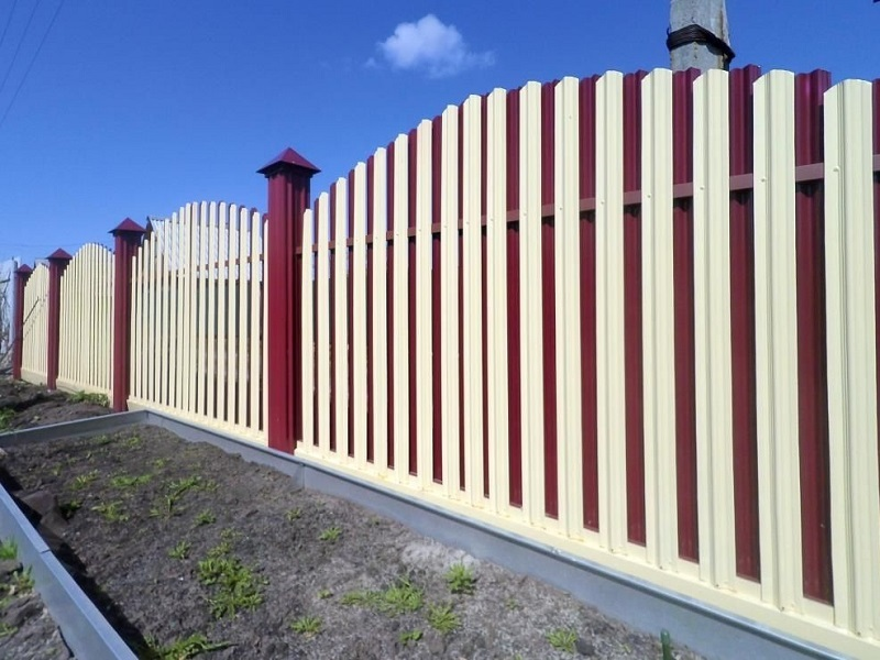 Забор из штакетника профнастила фото